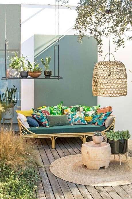 63. Decoração de terraço em tons de verde com estampas coloridas nos detalhes – Por: VD