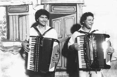 Os sanfoneiros Osvaldinho e Dominguinhos em show em São Paulo, em 1985
