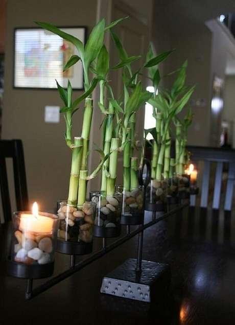 1. Arranjo de centro de mesa feito com bambu da sorte. Fonte: Small Garden Ideas
