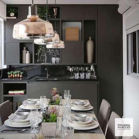 63. O armário de cozinha compacta preto deixa o ambiente mais sofisticado