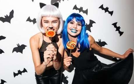 62. Amigas fantasiadas para festa à fantasia Halloween – Por: Shutterstock