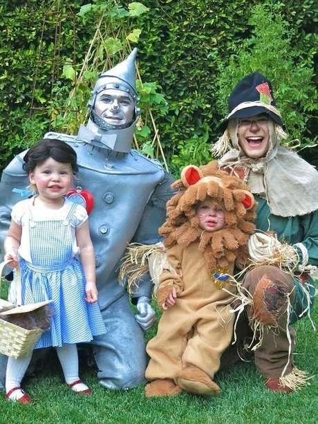 5. A família reunida com a fantasia combinando é a visão mais linda para festa à fantasia que existe! – Por: Pinterest