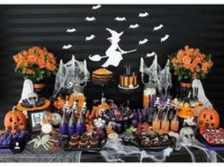 35. Mesa de doces para festa à fantasia estilo halloween – Por: Pinterest