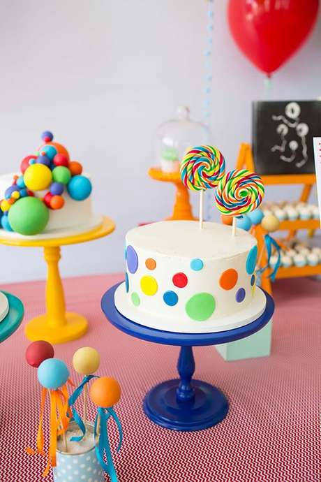 36. Festa à fantasia infantil com bolo e doces coloridos. Por: Mel Albuquerque