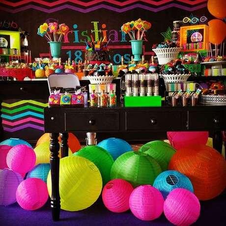 37. Festa à fantasia com balões neon, bem alegre e divertido! – Por: Pinterest