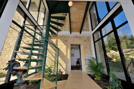 65. Detalhes como a escada também ficam lindos no tom de verde. Quais seus tons de verde favoritos? – Por: VD