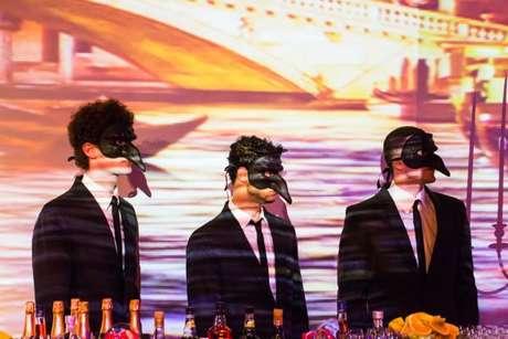 7. Até os Barmans usam máscaras na festa à fantasia – Por: Raphael Ranosi