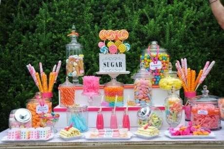 49. Mesa de doces para festa à fantasia neon – Por: Pinterest