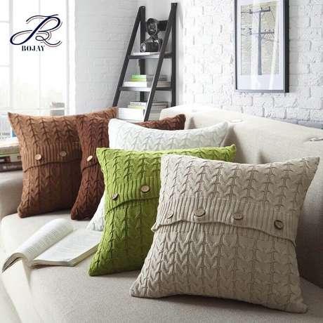 44. Modelo de almofadas de crochê coloridas com detalhes em botões – Foto: Alibaba