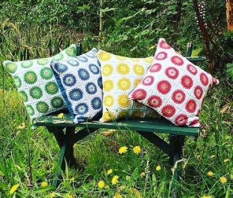 6. As almofadas de crochê coloridas são um clássico da decoração – Foto: Cantinho da Cher…