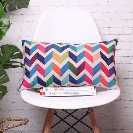 45. Modelo de capa de almofada colorida e simples – Foto: Comfy Queens