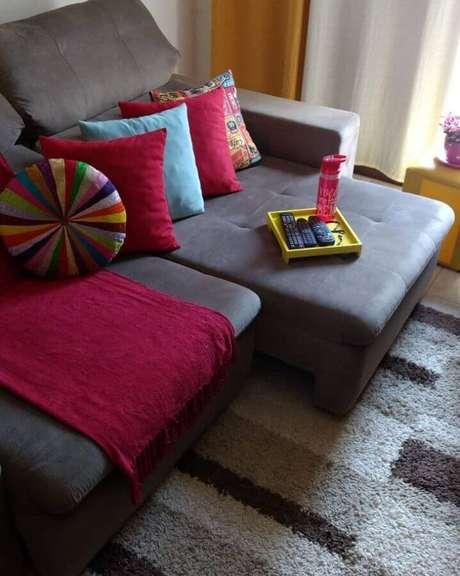 47. Decoração com modelo diferente de capas de almofadas coloridas – Foto: Vanusia Valencia Péricles