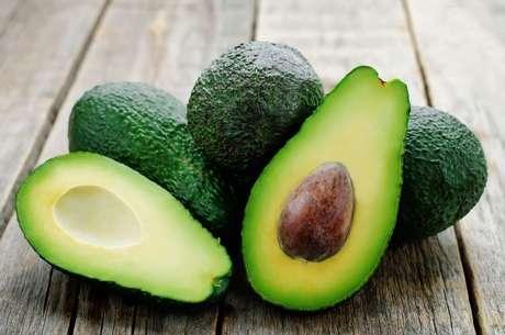 O consumo de abacate melhora a saúde da pele, cabelos e unhas