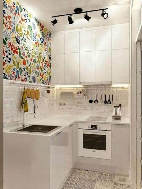 65. Utilize papel de parede colorido para trazer mais alegria e cor para a sua cozinha branca