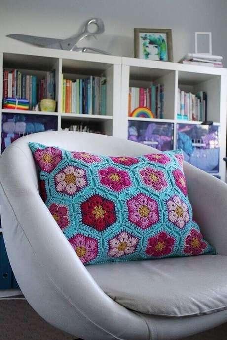 48. Poltrona cinza decorada com almofadas de crochê coloridas – Foto: Artesanato Passo a Passo!