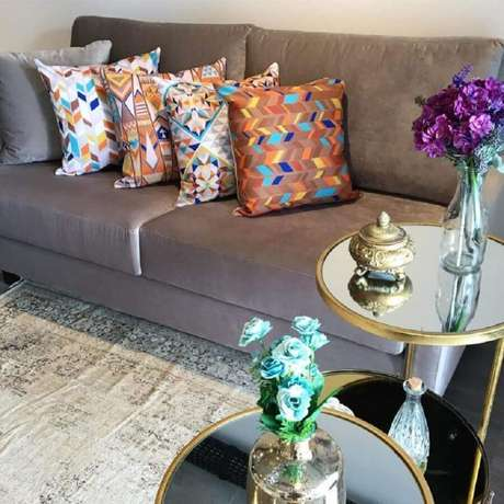 49. As almofadas com capas coloridas levam mais charme a decoração – Foto: Juliana Curi Desing