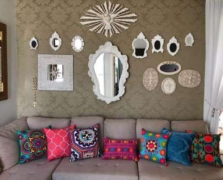 51. Decoração para sala com vários espelhos e almofadas coloridas para sofá cinza – Foto: Casa Chic & Chic Acessórios