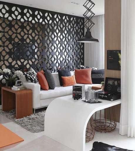 54. Sala pequena decorada com sofá branco e almofadas coloridas – Foto: Pinterest