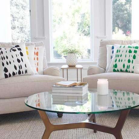 55. Sala toda branca decorada com almofadas coloridas – Foto: Chloe & Olive