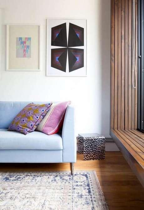 56. Sofá azul decorado com almofada colorida – Foto: Pinterest