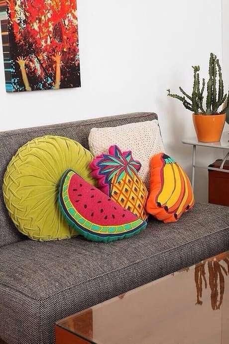 57. A decoração com almofadas coloridas também pode ser bem divertida – Foto: Pinosy