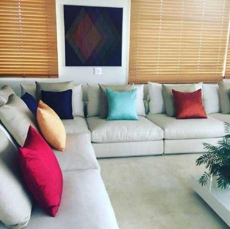 58. Decoração clean para sala com sofá de canto cinza e almofadas coloridas – Foto: Officina Design