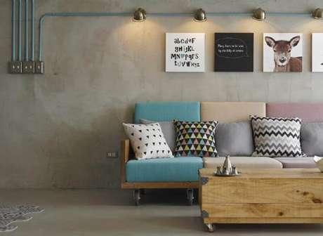 59. Sofá com almofadas coloridas para decoração de sala com estilo industrial – Foto: Pinterest