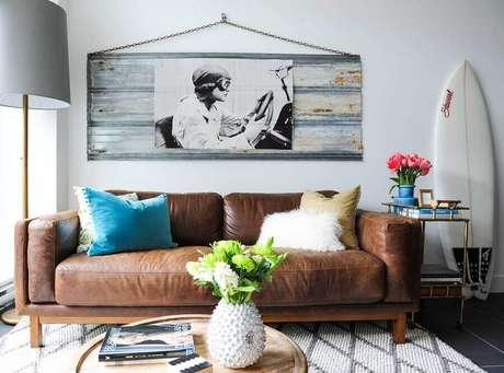 60. Sofá marrom com almofadas coloridas – Foto: Home Awakening