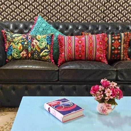 62. Sofá marrom de couro com almofadas coloridas – Foto: 1Up Móveis