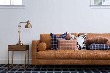 61. Sofá marrom de couro decorado com almofadas coloridas com estampa xadrez – Foto: Blog Doudou