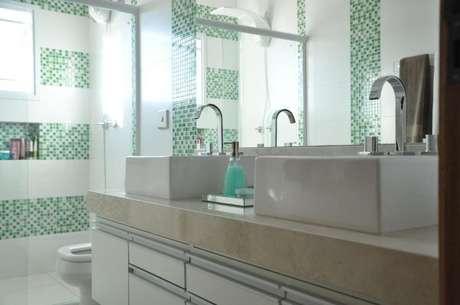20. Tons de verde na decoração de banheiro simples. Que tal? – Por: Claudia Breias
