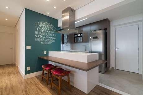 21. A decoração fica ainda mais personalizada com o vermelho nos detalhes e os tons de verde na parede! – Por: Moussiar