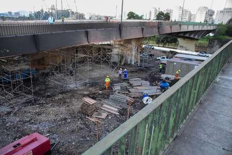 Operários fazem escoramento da ponte do Jaguaré, que pegou fogo em São Paulo