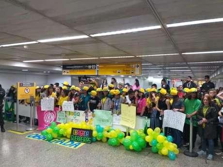 Cerca de 100 torcedores estiveram presentes no desembarque da Seleção Brasileira feminina (Foto:Reprodução)