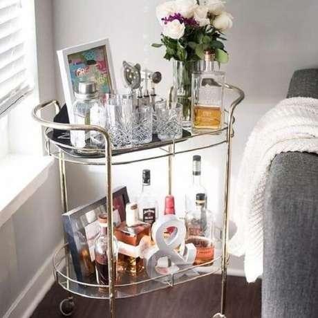 1o. Aproveite cada cantinho da casa incluindo um carrinho bar. Fonte: Pinterest