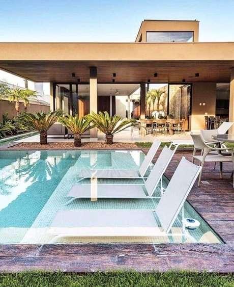 8. Invista em materiais apropriados para as espreguiçadeiras que vão ficar dentro da piscina – Foto: Bamboo Casa