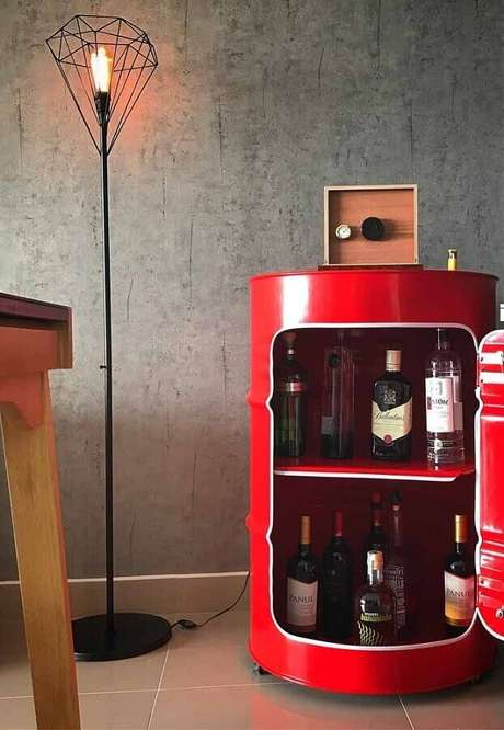 13. Barzinho feito com tonel decorativo vermelho – Foto: Pinterest