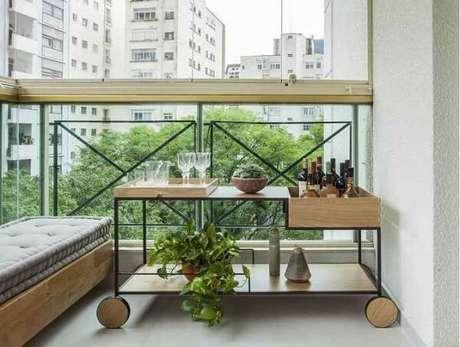 1. Carrinho bar com design criativo posicionado na varanda. Fonte: Correio Braziliense