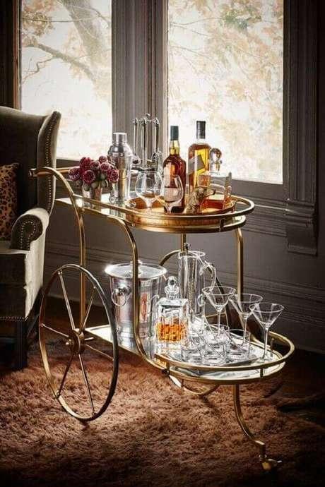 16. Carrinho bar vintage, estilo e sofisticação para o ambiente. Fonte: The Interiors Addict