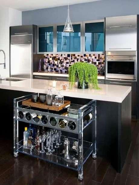 43. Carrinho de bar com suporte de garrafas feito de estrutura metálica. Fonte: Pinterest