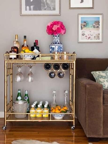 23. Carrinho bar com suporte para taças e garrafas de vinho. Fonte: Pinterest