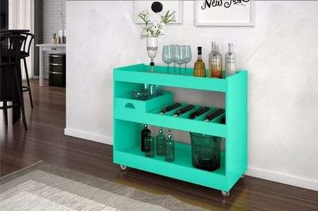 49. Carrinho de bar na cor verde encanta a decoração da sala. Fonte: Pinterest
