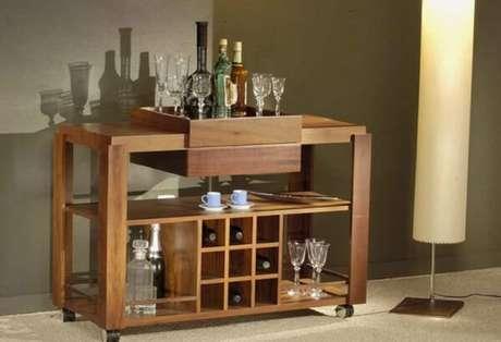 3. Carrinho bar para sala com nichos, bandejas e prateleira. Fonte: Pinterest