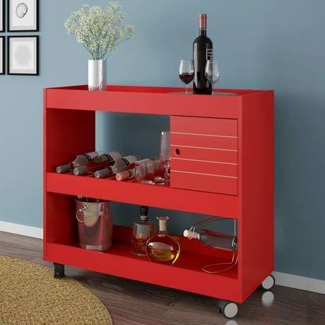 50. Carrinho de bar para sala em estante vermelha. Fonte: Pinterest