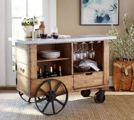 30. Carrinho bar vintage com estrutura de madeira e ferro. Fonte: Iaza Móveis de Madeira