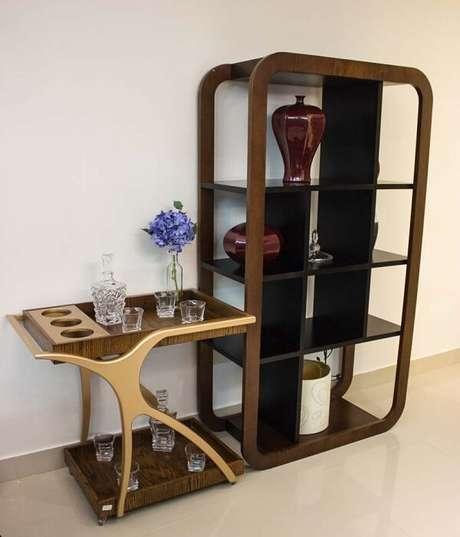54. Carrinho para bar de madeira e estante moderna. Fonte: Lojas Atua Prime