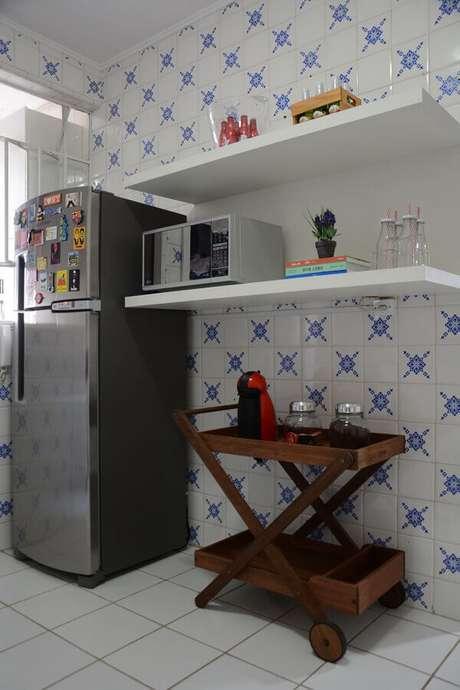 55. Carrinho para bar na cozinha de azulejo antigo. Projeto de Nathalia Bilibio Schwinn