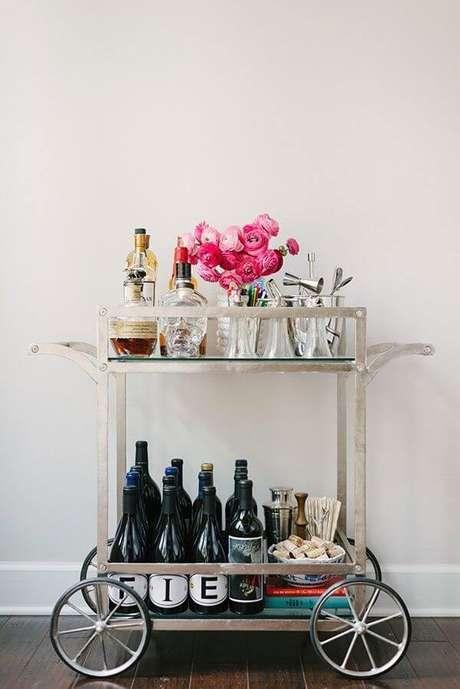 32. Carrinho de bar serve de base para flores e livros. Fonte: Decoração I