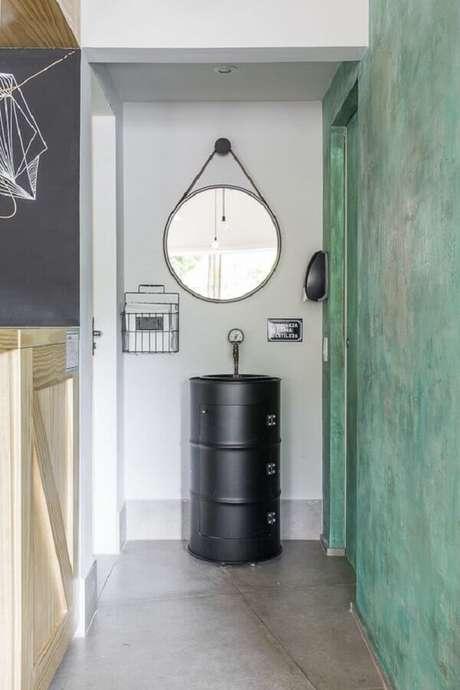 15. Decoração com tonel para corredor dom espelho redondo – Foto: Wood Save