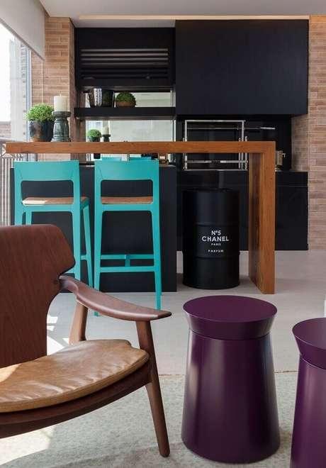 16. Cozinha americana moderna decorada com tonel tambor decorativo – Foto: A Arquiteta